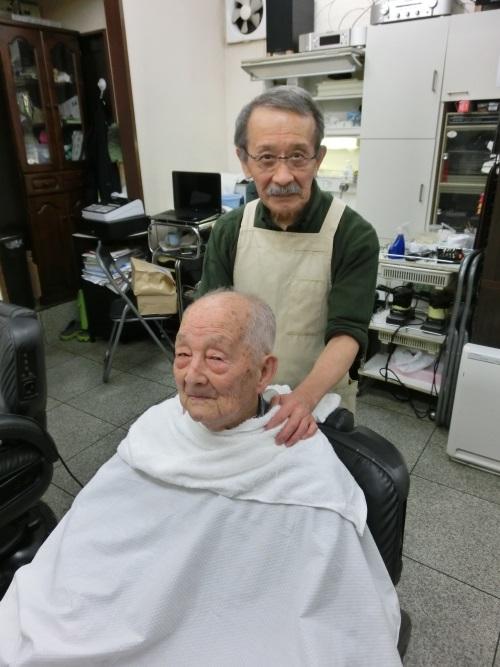 500_100歳のお祝いで世田谷区経堂の「シルバー理容店」で髪の毛を調髪して頂きました。
